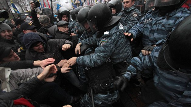 Около Верховной Рады возобновились столкновения митингующих с полицией