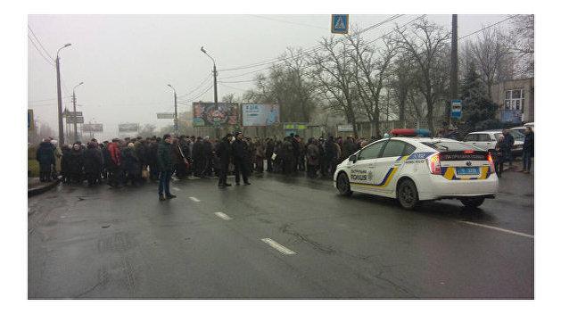 Николаевские рабочие перекрыли дорогу и потребовали 60 миллионов