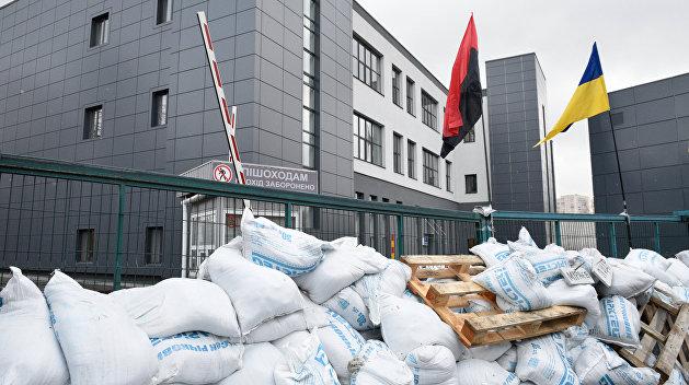 Радикалы разобрали баррикады около здания телеканала NewsOne