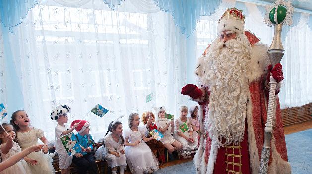 Апофеоз: Украинские дети «прогнулись» под русского Деда Мороза