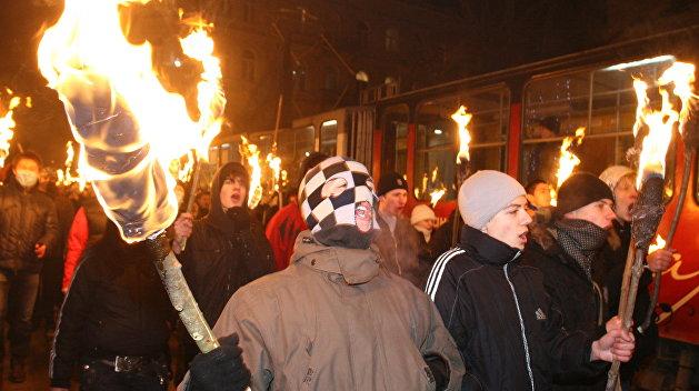 Наулицы вышли сотни бандеровцев сфакелами— Киев впламени
