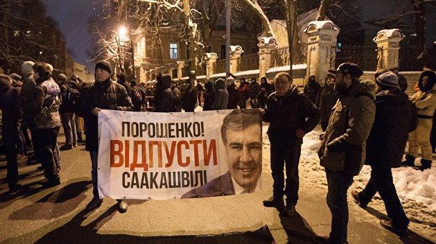 Соцсети: зачем Порошенко депортировал Михаила Саакашвили