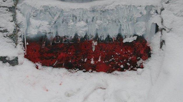 В Харькове памятник УПА раскрасили в цвета польского флага