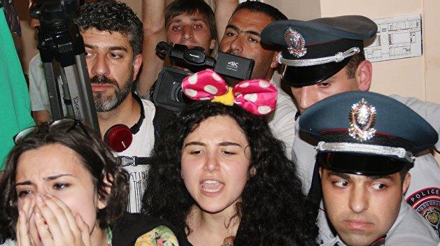 В здание мэрии Еревана прорвались протестующие