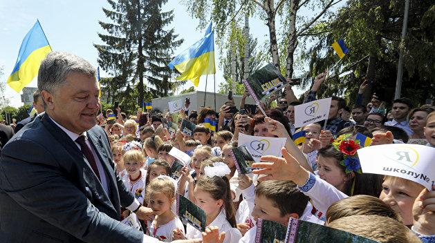 Спиной к детям: Порошенко рассказал школьникам Днепра про ЕС и децентрализацию